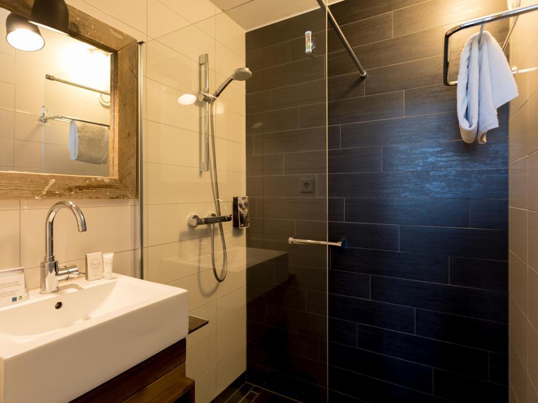 Strandhotel Westduin Weekendjeweg Zeeland Hotelkamer Badkamer