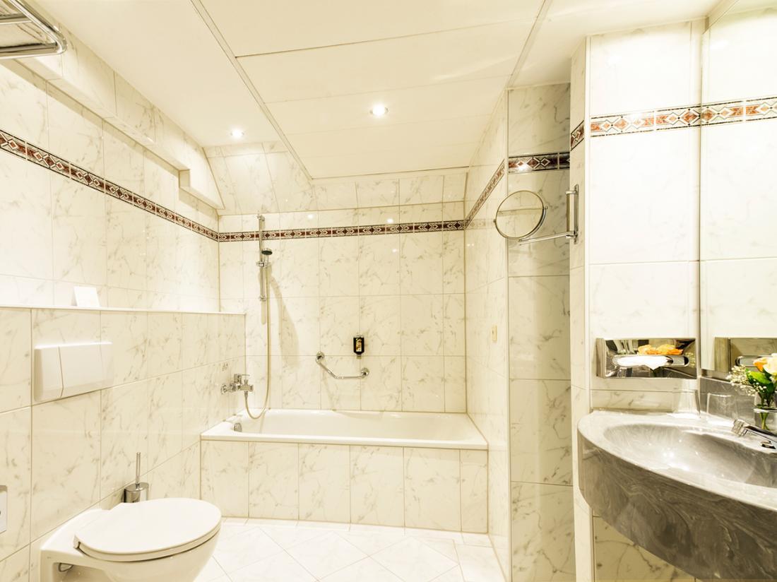 Hotelaanbieding Hotel kamer meerbusch badkamer