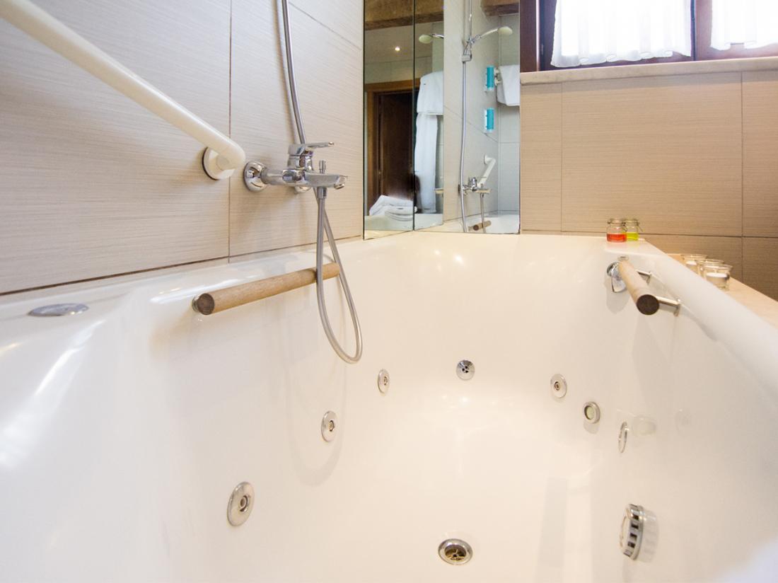 Hotel De Stokerij Belgi Weekendjeweg Jacuzzi Vlaanderen Overnachting Kamer badkamer