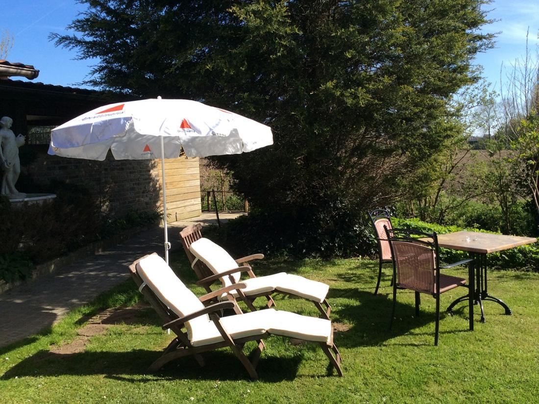Hotel De Stokerij Belgi Weekendjeweg Overnachting Aanzicht Omgeving terras tuin
