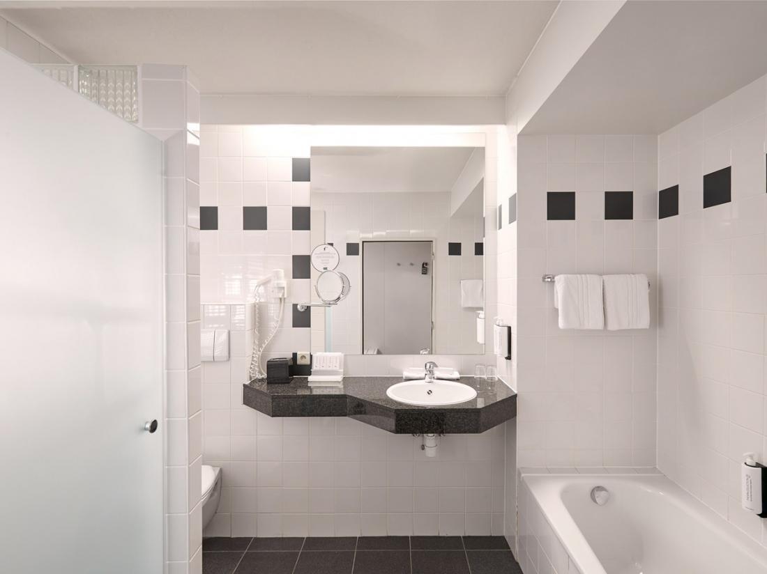 weekend weg belgie van der valk Beveren badkamer
