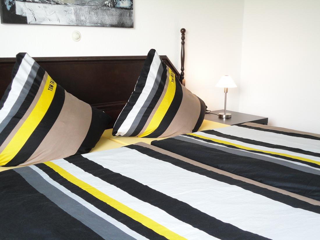 Hotelarrangement Schmallenberg Hotelkamer Bed Zwart Wit