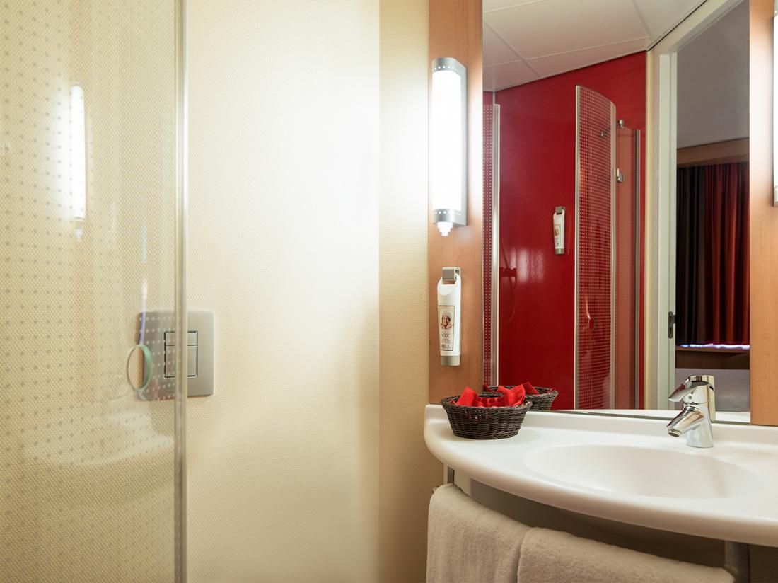 hotel leiden noord holland hotelkamer badkamer
