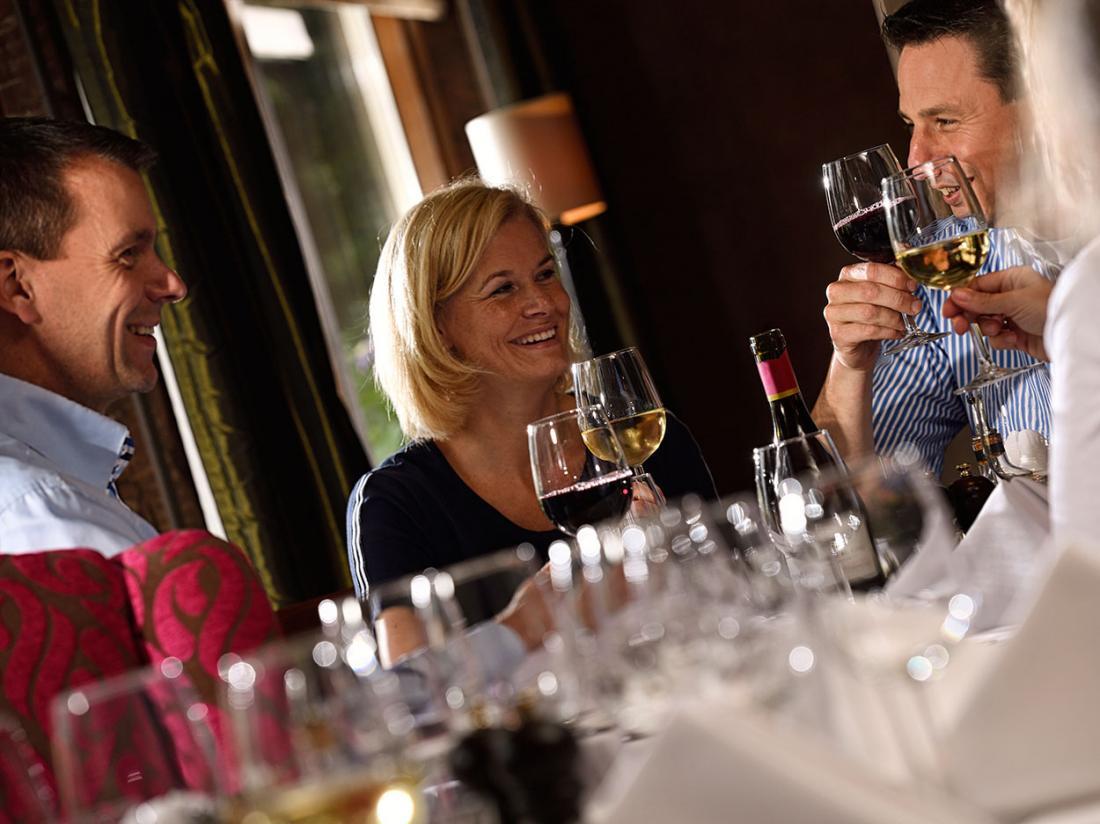 landgoed de holteweijde mensen proosten met glas wijn