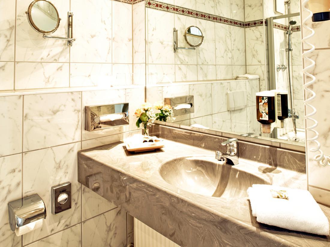 Weekendjeweg Meerbusch superior kamer badkamer