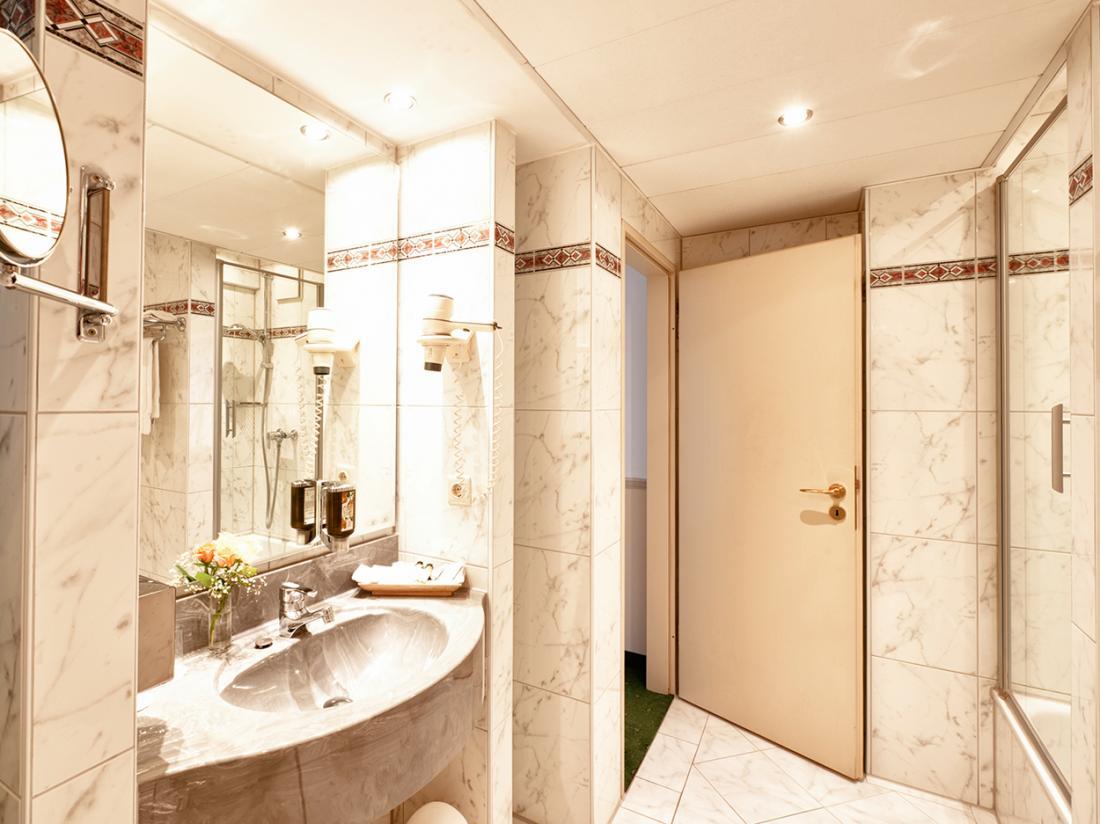 hotel in duitsland Hotel kamer meerbusch badkamer