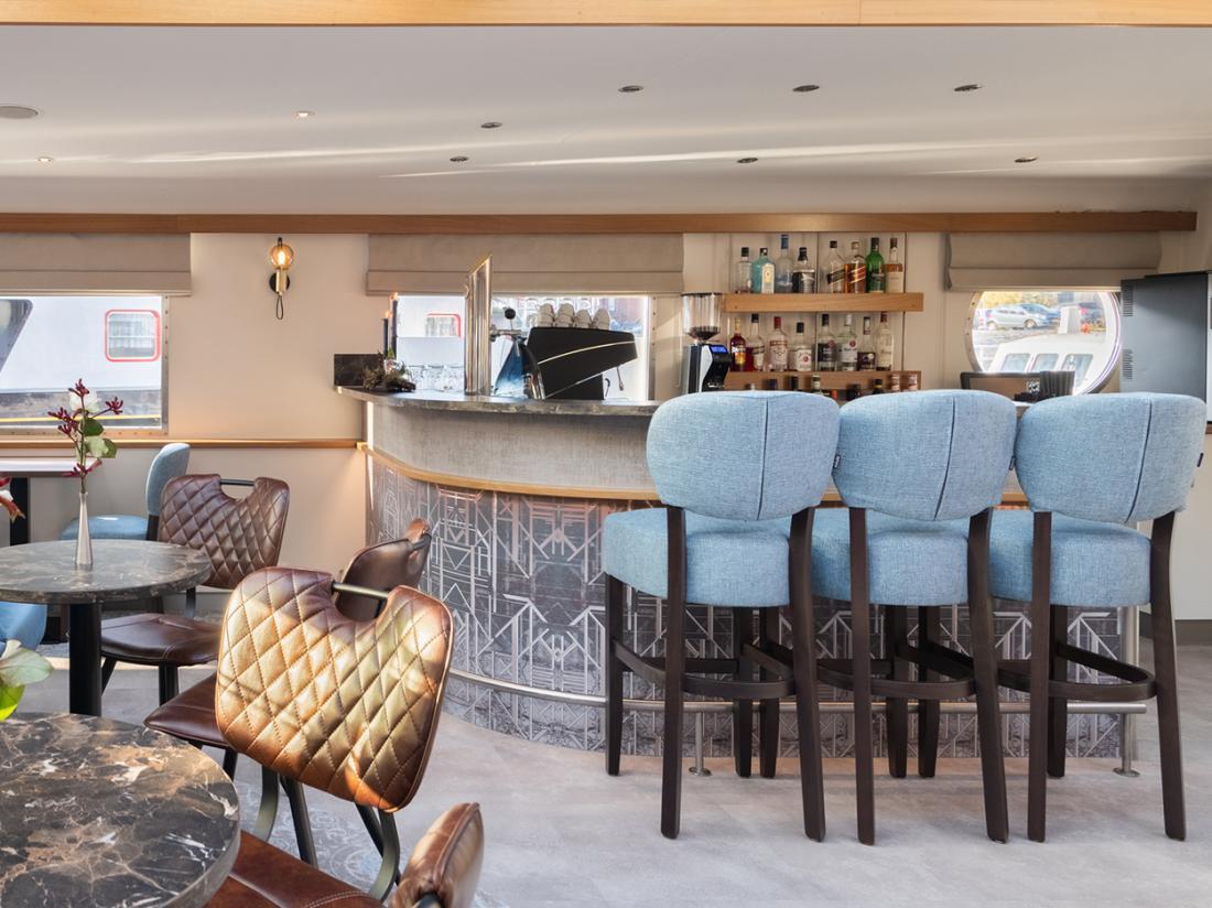 hotelboat merlijn hotelkamer bar